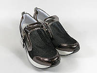 Бронзовые кроссовки на танкетке