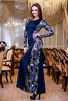 Вечернее темно-синее платье по бокам украшено паетками