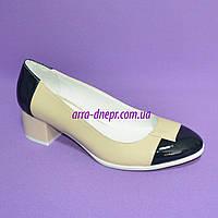 Женские классические туфли на невысоком каблуке, натуральная лаковая кожа бежевого и синего цвета, фото 1