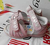 Нежно розовые кожаные детские босоножки для девочки.