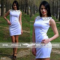 Платье с блестящим воротником