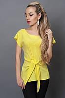 Яркая летняя блуза желтого цвета с поясом обманкой