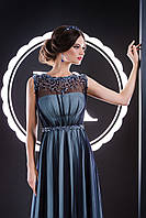 Восхитительное вечернее платье с украшением на груди