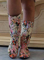 Стильные демисезонные женские сапожки с цветочным принтом без застежки