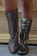 Блестящие серебристые демисезонные женские сапожки без застежки