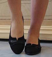 Замшевые стильные женские туфли на низком ходу с кожаной вставкой