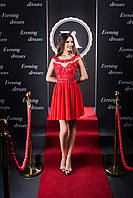 Волнующее вечернее платье, корсет и спинка которого украшены кружевными аппликациями