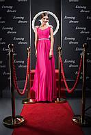 Роскошное вечернее платье цвета фуксии с гофрированным корсетом и лучезарными украшениями на плечах
