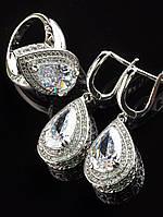 Украшения с фианитами. Комплект серьги с белыми фианитами, камни в форме капли, покрытие родий Код: 024823 19 размер кольца