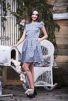 Яркое жаккардовое платье с матовым орнаментальным узором на перламутровой основе