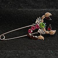 [40/85 мм] Брошь-булавка светлый металл Скорпион с золотистыми стразами и камнями ярких сочных цветов