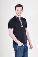 Черная футболка украшена вышивкой на воротнике и рукавах