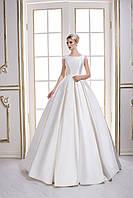 Благородно королевское свадебное платье А-силуэта со шлейфом и пуговичками по все его длине