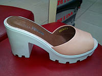 Модные женские шлепанцы кожаные на каблуке Vikttorio пудра .