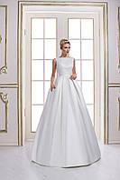 Неординарное свадебное платье А-силуэта, лиф которого украшен кружевом, на спинке глубокий вырез, со шлейфом