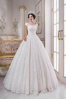 Воистину королевское свадебное платье, соткано с тончайшего гипюра и расшито множеством сияющих бусин