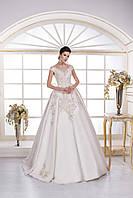 Королевское свадебное платье, корсет и юбка вручную расшиты кружевом с золотистой нитью, лиф украшен камнями