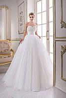 Шикарное свадебное платье, его кружевной корсет усыпан жемчугом, стразами, а воздушная юбка образует шлейф