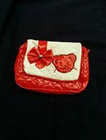 Яркая лаковая детская сумочка красного цвета