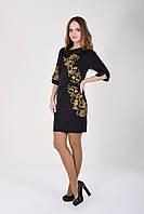 Черное трикотажное платье воротничок-стойка украшено вышитыми цветами