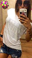 Летняя женская футболка спадающая с плеча со стразами вискоза