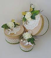 Свадебная круглая подарочная коробка ручной работы белого цвета с белой розой и голубями
