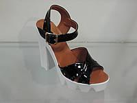 Модные молодежные босоножки на тракторной подошве с высоким каблуком