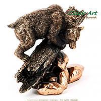 Статуэтка медведя на бревне с камнями ES589