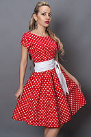 Праздничное платье красного цвета украшено в белый мелкий горох