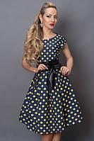 Молодежное летнее платье по колено в крупный желтый горох