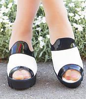 Черно белые женские босоножки без застежек на широком каблуке