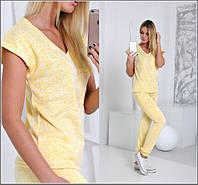 Легкий женский костюм желтого цвета