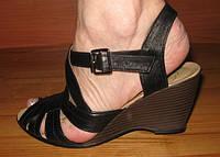 Женские модные босоножки черные.