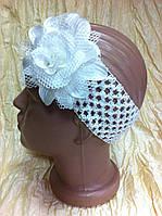 Ажурная повязка с цветком для девочки цвет белый