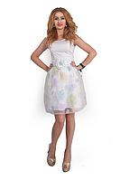 Женское нарядное с поясом  платье белого цвета.