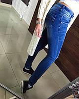 Модные джинсы  в стиле скинни, с разрезами на коленях