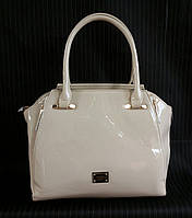 Лаковая бежевая сумка