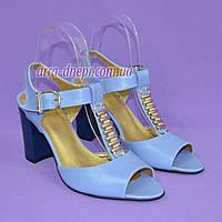 Женские кожаные классические босоножки на устойчивом каблуке, цвет голубой.