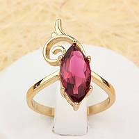 002-1383 - Изящное позолоченное кольцо с рубиновым фианитом и завитком, 18 р.