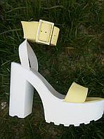 Босоножки на высоком каблуке и платформе с пряжкой (цвет - желтый)