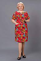 Яркое красное платье с крупными цветами большого размера
