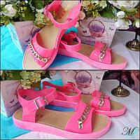 Розовые женские босоножки с цепочкой