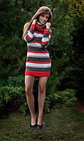 Женское вязаное платье в полоску с длинным рукавом.