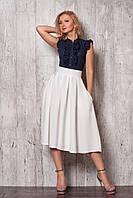 Изысканный молодежный костюм из шифоновой блузы в горошек и белой юбки в складку