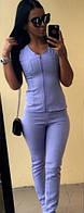 Льняной женский брючный костюм прилегающего фасона с блузой на молнии без рукавов