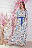 Женское платье в цветы на белом фоне