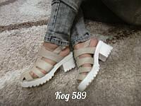 Модные молодежные босоножки на каблуке