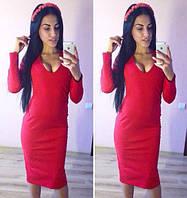Стильное женское трикотажное платье до колен с вырезом  красный