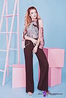 Расклешенные от линии бедра женские брюки с геометрическими карманами спереди.