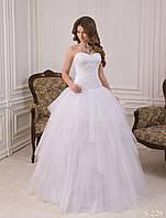 Воздушное  свадебное платье с открытыми плечами и многослойной юбкой